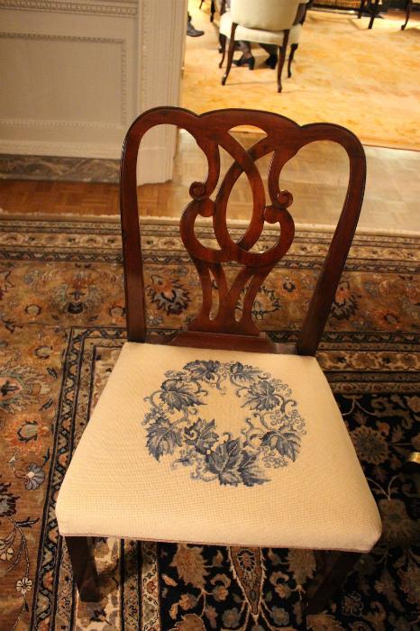 手縫いの刺繍が施された椅子のクッション