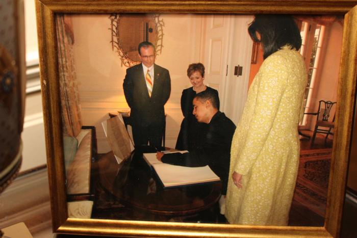 オバマ次期大統領が署名する様子