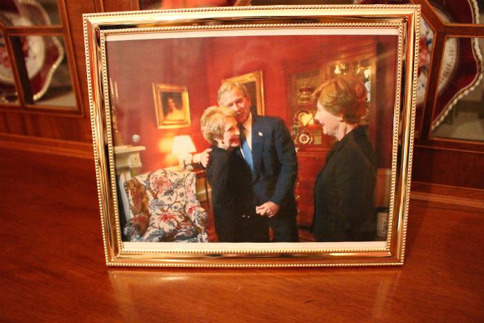 ブッシュ大統領夫妻とレーガン・ナンシー大統領夫人の写真