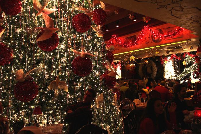 店内の中心にある巨大なクリスマスツリー