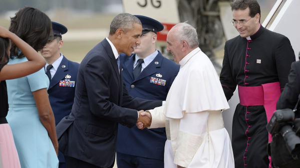 ローマ法王を出迎えるオバマ大統領
