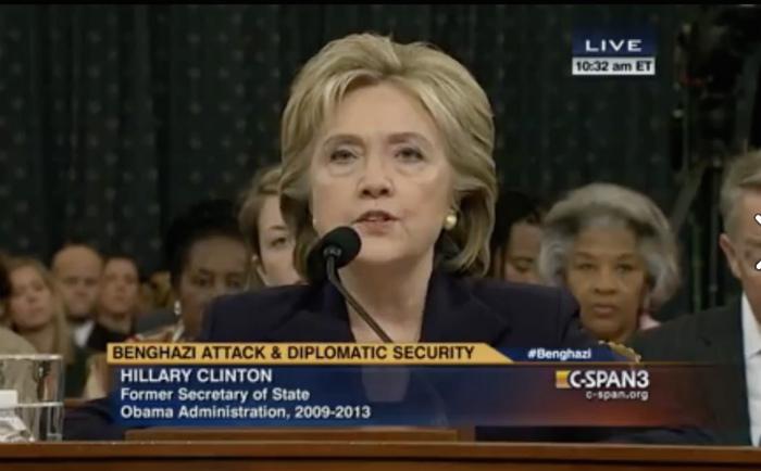 公聴会で証言するクリントン氏
