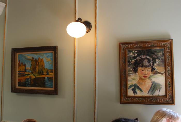 Chez Billy sudの店内の絵画