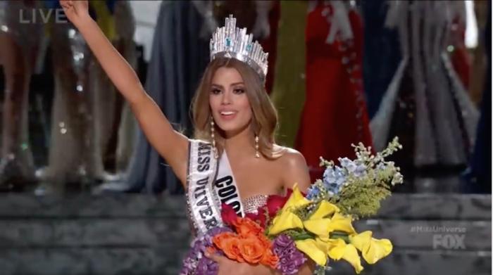 観客に手を振るコロンビア代表