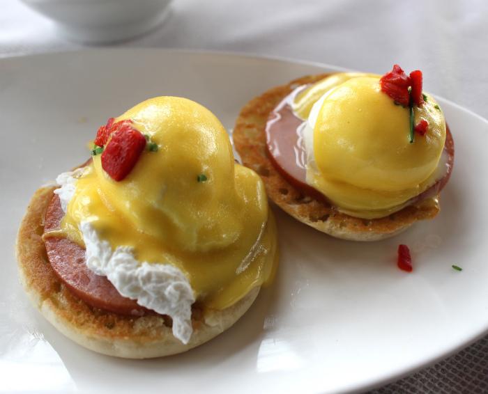 サラマンダーリゾートの朝食のエッグスベネディクト