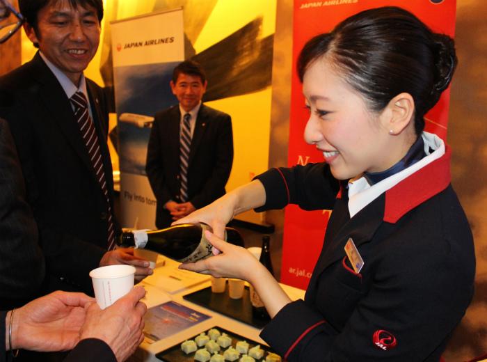 JALのスチュアーデスさんが日本酒をついでくれました