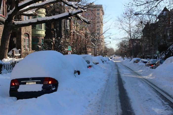 Dupont Circle 車が雪に埋もれてます。