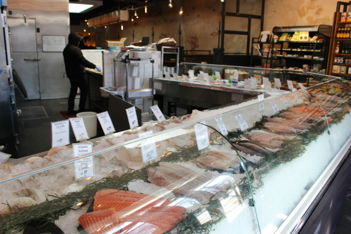 店内の魚市場