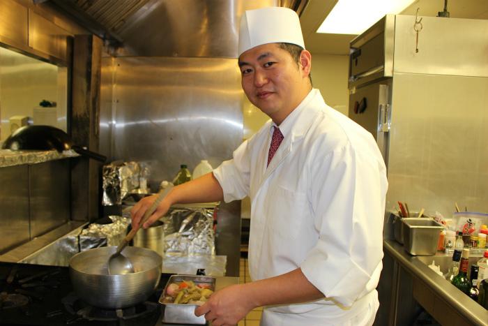 料理中の飯沢シェフ