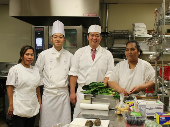 大使公邸の台所で大切な仲間たちと